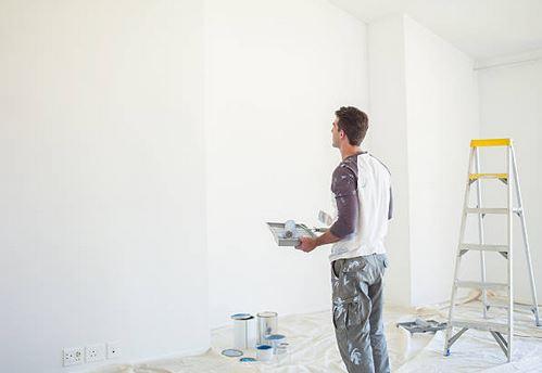 travaux-peinture-homme-bricoleur-bache-echelle-pots-pinceaux-prises-maison