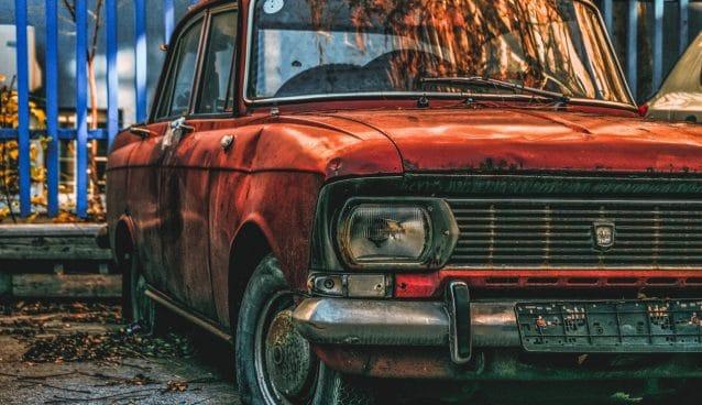 Vieille voiture aux pneus crevés