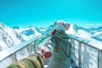 Femme qui tire quelqu'un à la montagne