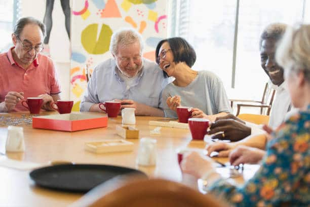 Personnes âgées qui partagent un moment de convivialité en maison de retraite