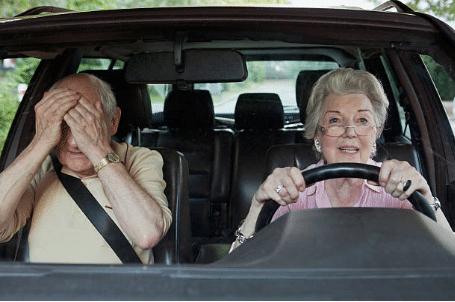 couple de seniors en voiture homme se cache les yeux