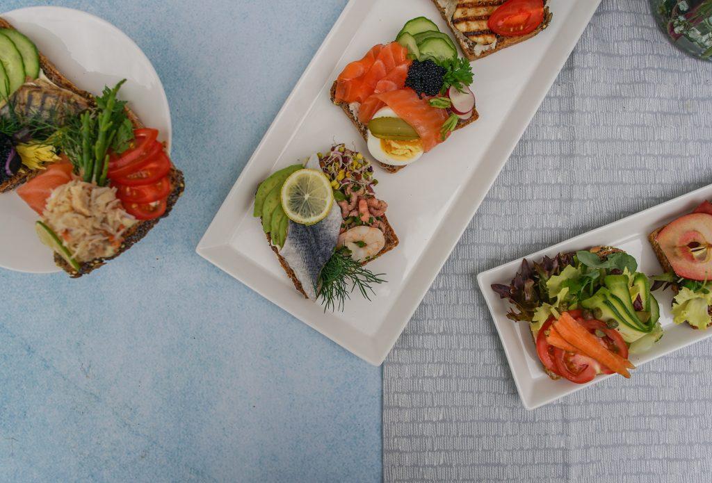 Trois assiettes de crudités et de fruits de mer
