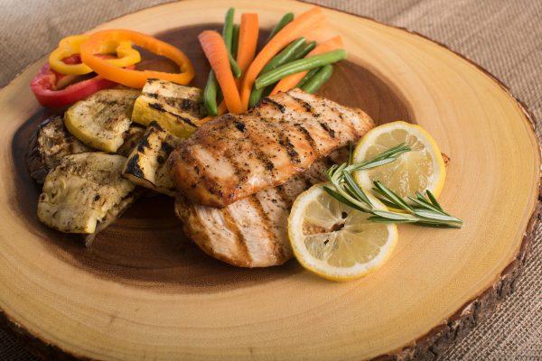Assiette de volaille avec sauce et légumes