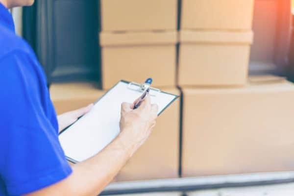 Déménageur professionnel qui consulte sa checklist pour réussir un déménagement