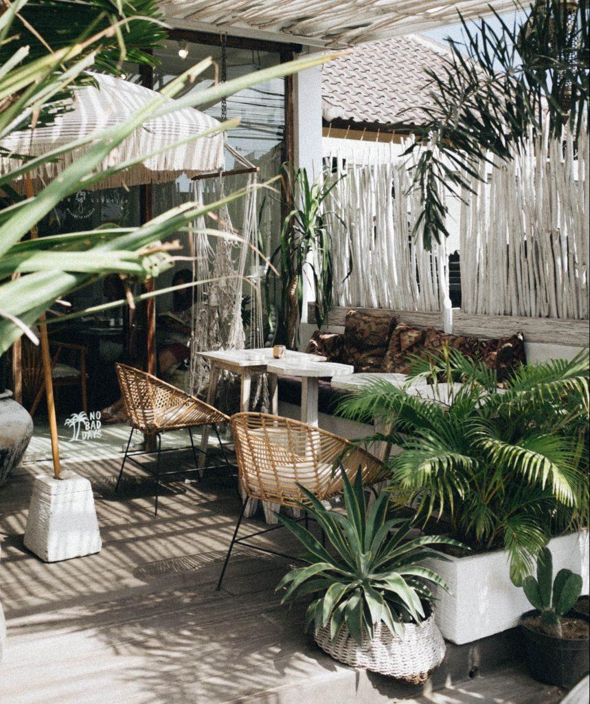 Terrasse boisé avec voile d'ombrage et plantes vertes