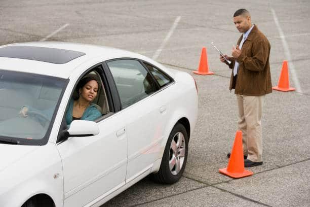 Permis de conduire : moniteur qui fait passer une évaluation de départ à une jeune femme