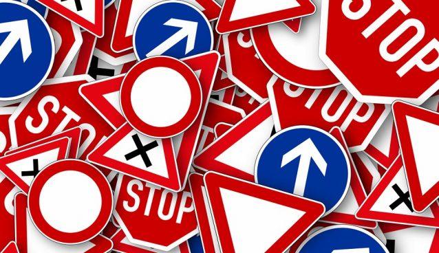 Plusieurs panneaux de signalisation