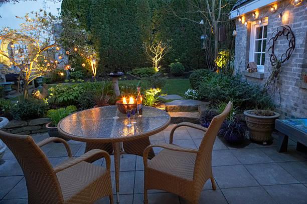 Terrasse le soir éclairée avec quelques lumières d'ambiance