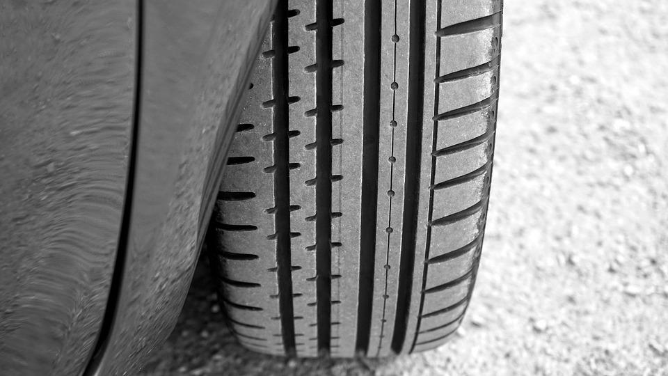 gros plan sur pneu de voiture