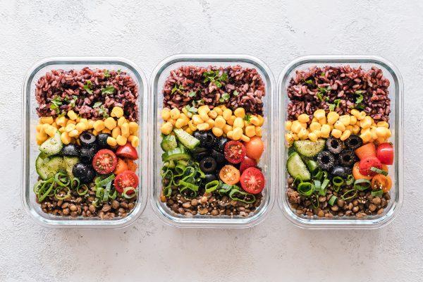 3 boites avec salade préparée à l'avance avec tomates, olive, pois chiches