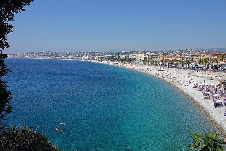 Plage de Nice au bord de la mer Méditerranée