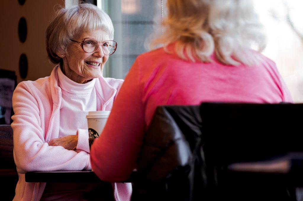 deux femmes âgées qui se retrouvent au café