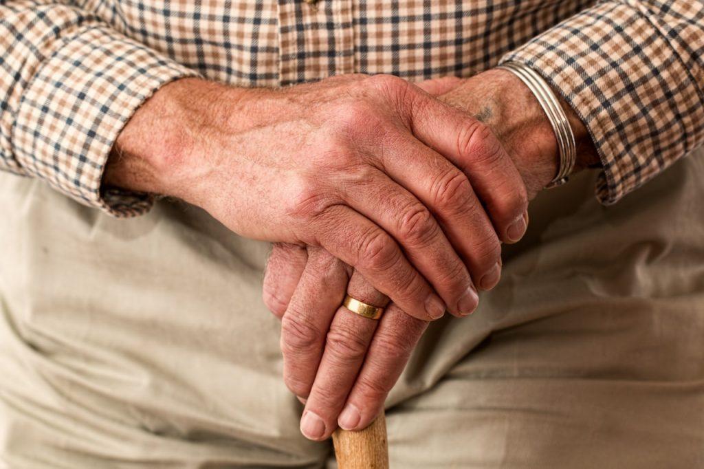 photo des mains d'une personne âgée qui porte une alliance