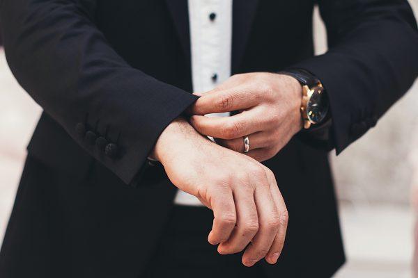 Homme qui porte des bijoux avec sa tenue d'entretien d'embauche